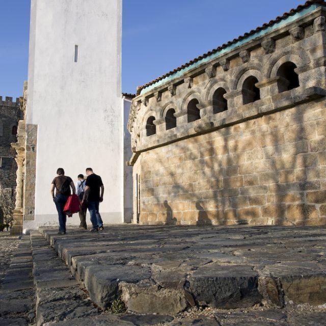 Igreja de Santa Maria, torre do castelo e Domus Municipalis; cidadela. Bragana, Portugal.